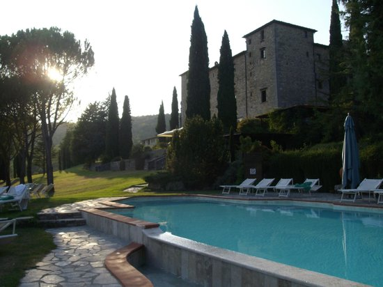 Gaiole in Chianti, Italien: vista del castello dalla piscina