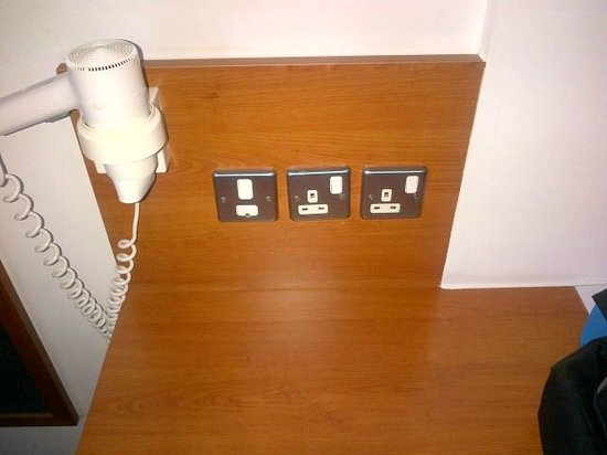 Premier Inn London Kew: Old fashioned sockets