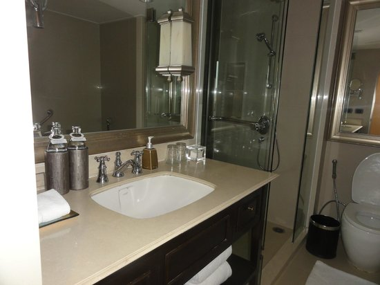 Dusit Thani Pattaya: Club Room Bathroom