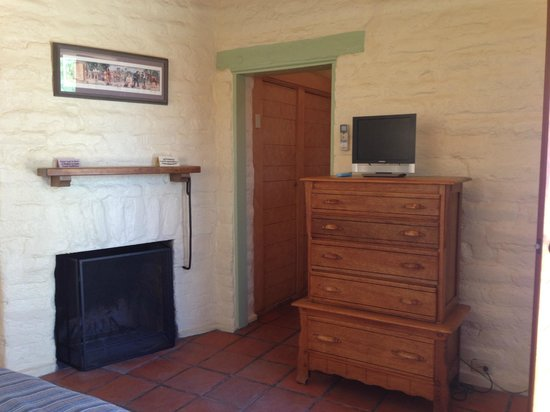 29 Palms Inn : Inside the room which has working fireplace
