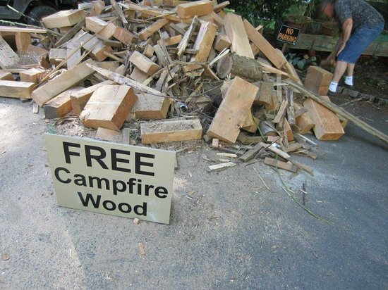 Belknap Hot Springs Lodge and Gardens: Free firewood!