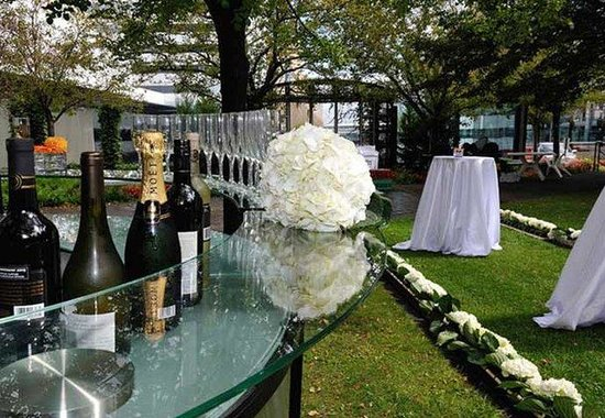 Renaissance Toronto Downtown Hotel: Outdoor Wedding Reception