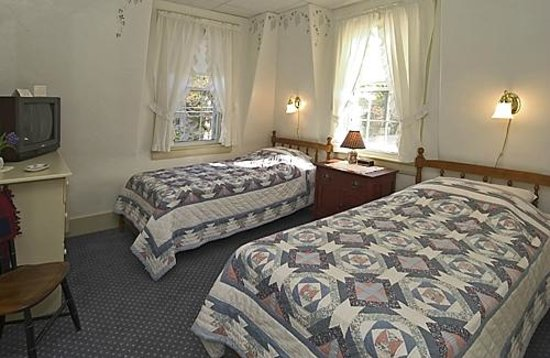 Yardarm Village Inn: Twin Bed Room