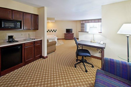 Country Inn &amp; Suites - Des Moines West: CountryInn&amp;Suites DesMoines Suite