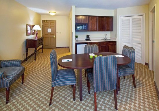 Country Inn &amp; Suites - Des Moines West: Executive boardroom Living area