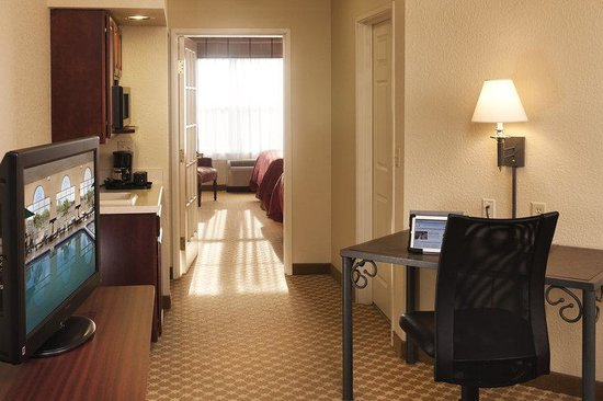 Country Inn &amp; Suites - Des Moines West: Suite