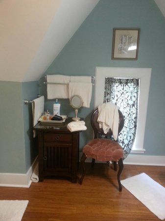 The Kalamazoo House Bed and Breakfast: Vanity