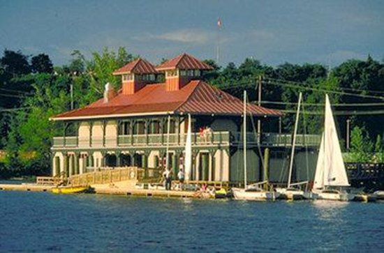 BEST WESTERN PLUS Windjammer Inn & Conference Center: Boathouse and Battery Park