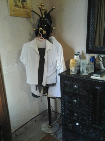 Riad Dubai: No wardrobe, coat stand used