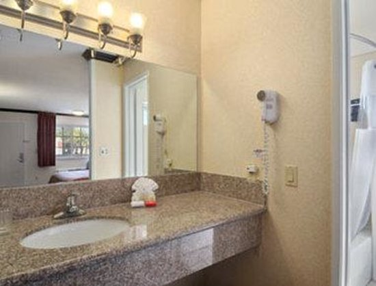 Ramada Inn of Pasadena : Bathroom