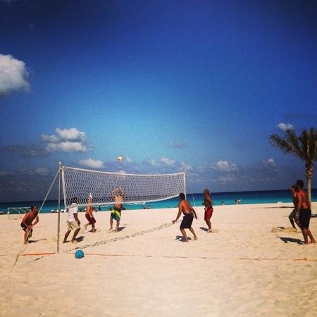 Live Aqua Cancun All Inclusive: beach volley