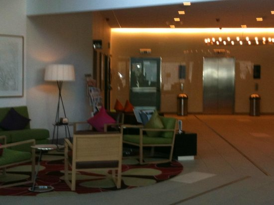 Courtyard by Marriott Stockholm: Lobby
