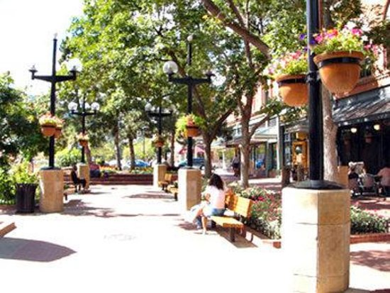 BEST WESTERN Golden Buff Lodge: The Pearl Street Mall is only one mile away.