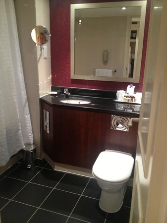 Courtyard by Marriott Stockholm: Bathroom