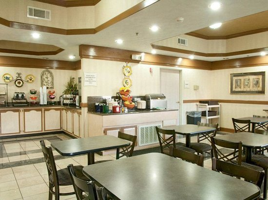 La Quinta Inn &amp; Suites Memphis East-Sycamore View: Breakfast Area