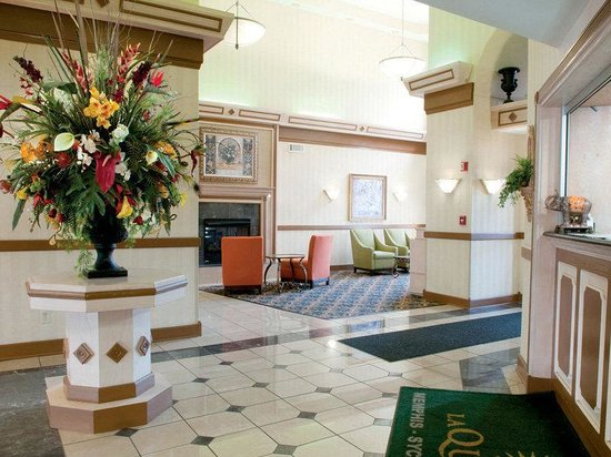 La Quinta Inn &amp; Suites Memphis East-Sycamore View: Lobby