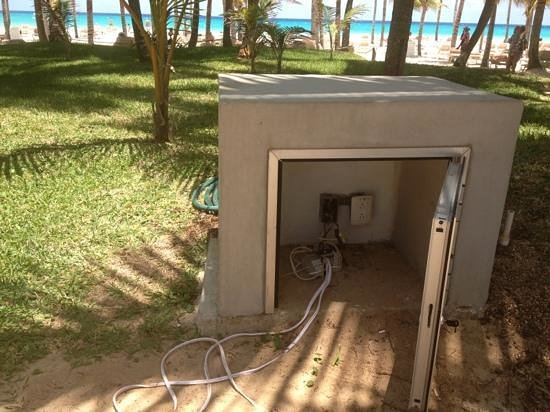 Riu Palace Mexico: exposed electrical wires on the beach