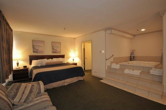 BEST WESTERN at O&#39;Hare: Whirlpool Guest Room