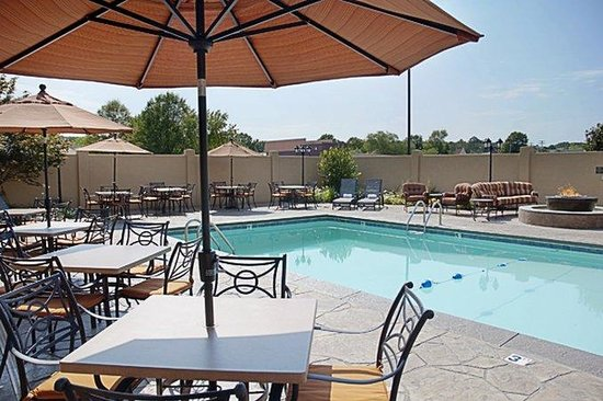 BEST WESTERN PREMIER Governors Suites: Pool Area