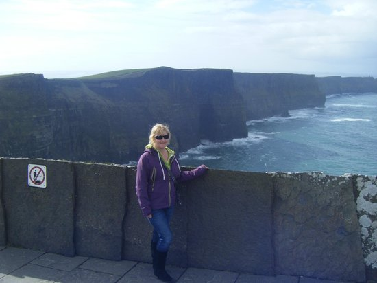 Contea di Clare, Irlanda: loved the view from here ..Cave in the back round .