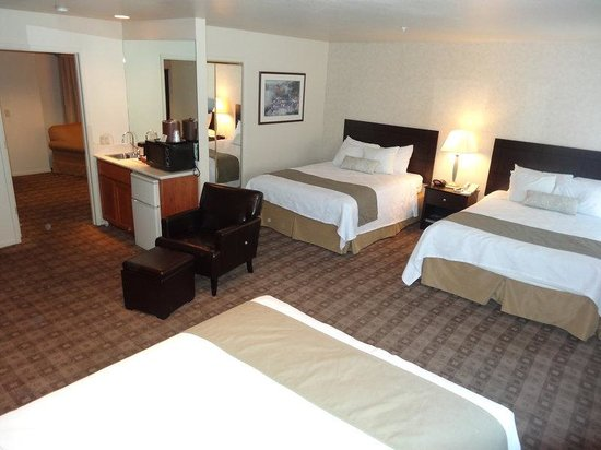 BEST WESTERN PLUS Seacliff Inn: Family Suite-3 Queen Beds, Non-Smoking
