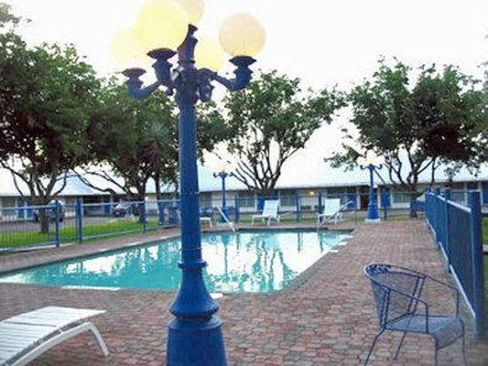 BEST WESTERN Swiss Clock Inn: Outdoor Pool