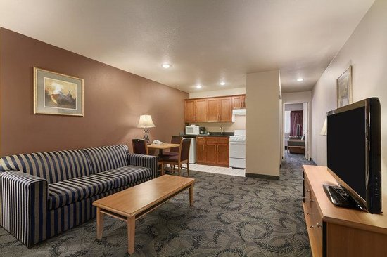 Poco Inn & Suites Hotel: Sitting Room In Kitchen Suite