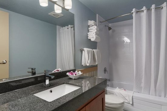 Poco Inn & Suites Hotel: East Wing Bathroom
