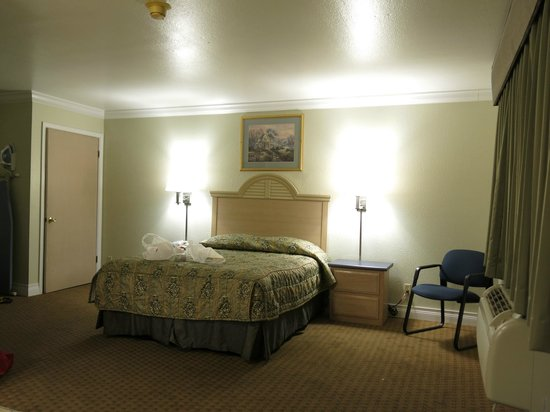 Americas Best Value Inn & Suites-Clovis/Fresno: the bedroom