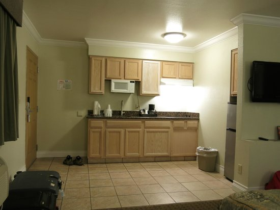 Americas Best Value Inn & Suites-Clovis/Fresno: the kitchenette