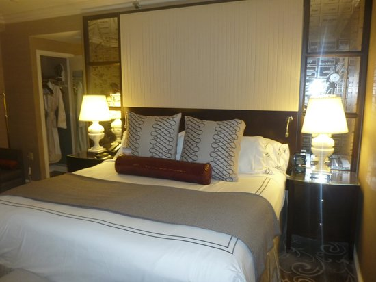 Hamilton Crowne Plaza Hotel: Bed