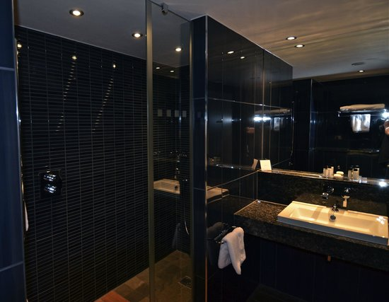 Weybridge, UK: Bathroom
