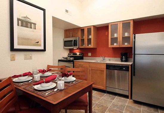 Residence Inn Los Angeles LAX/Manhattan Beach: Penthouse Kitchen