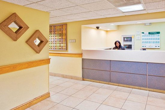 La Quinta Inn &amp; Suites Charleston Riverview: Front Desk