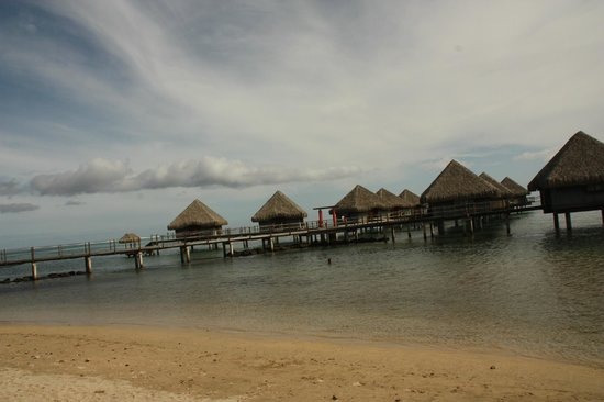 Le Meridien Tahiti: View from beach area of the hotel