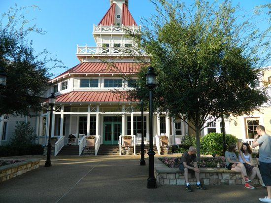 Disney&#39;s Port Orleans Resort - Riverside: out back of lobby