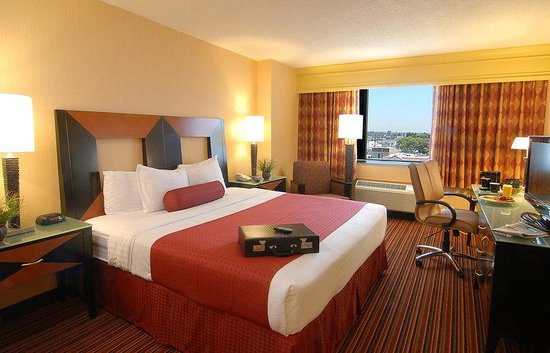 Holiday Inn Long Beach (Dwtn Area): Deluxe Room King Bed Room Service available for your convenience