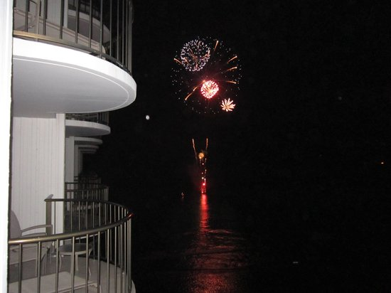 Waikiki Beach Marriott Resort & Spa: Fireworks from the Marriott Lania