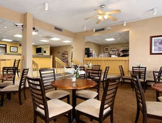 Ramada Norfolk Airport: Breakfast Area