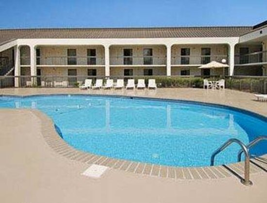 Ramada Norfolk Airport: Pool