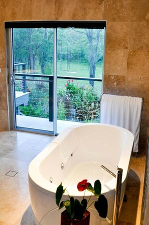 Pokolbin, Australia: Stone bathroom with spa bath