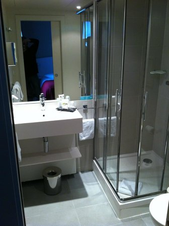 Levallois-Perret, Frankrig: No bathtub but a very good shower