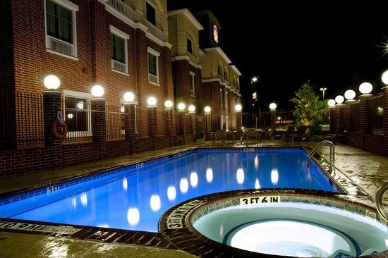 BEST WESTERN Plus Duncanville/Dallas: Relax by our pool at night.