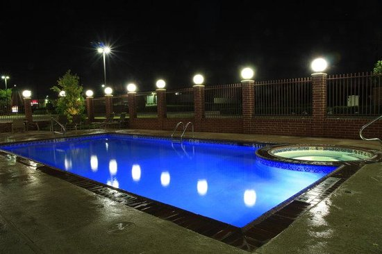 BEST WESTERN Plus Duncanville/Dallas: Relax by our pool at night