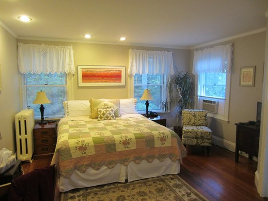 Greenfield, MA: Oh so comfy king size bed-Rm #2