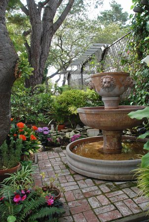 Carmel Garden Inn: One of our garden sitting spots