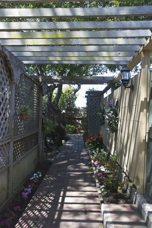 Carmel Garden Inn: Our garden pathway to the patio suites