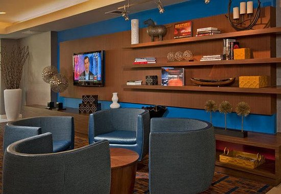 Courtyard by Marriott Frederick: Lobby Home Theatre