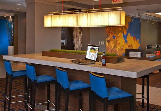 Courtyard by Marriott Frederick: Communal Table