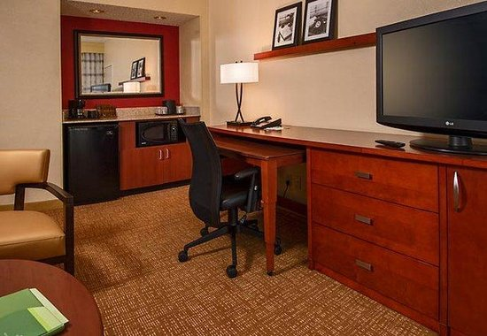 Courtyard by Marriott Baltimore Hunt Valley: Suite Work Desk